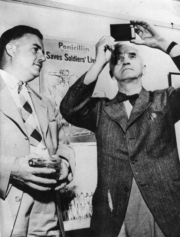 Fleming (right) with Dr Robert Coghill (Fox Photos/Getty Images)